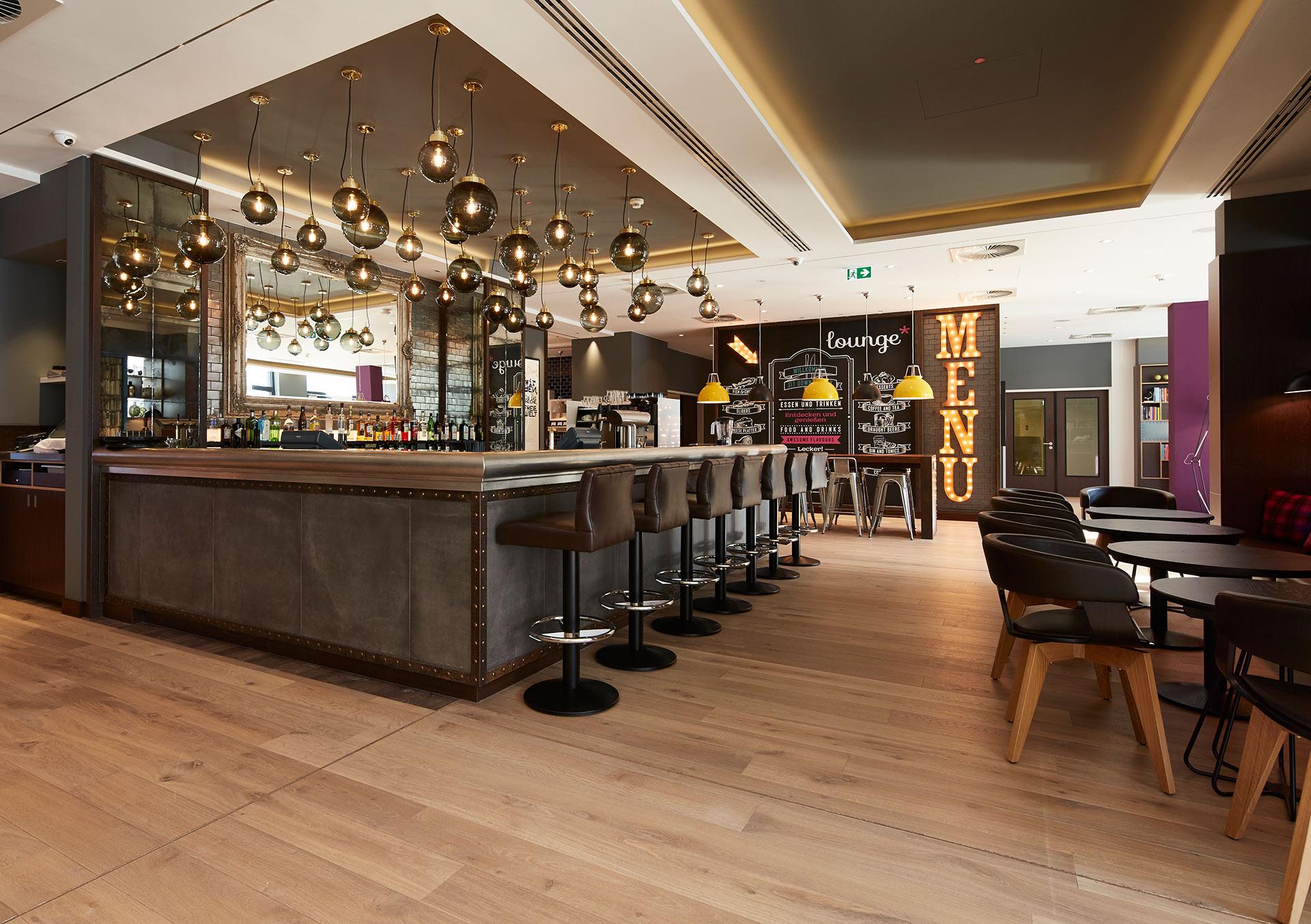 Die Bar im Premier Inn Frankfurt. Entworfen von JOI-Design