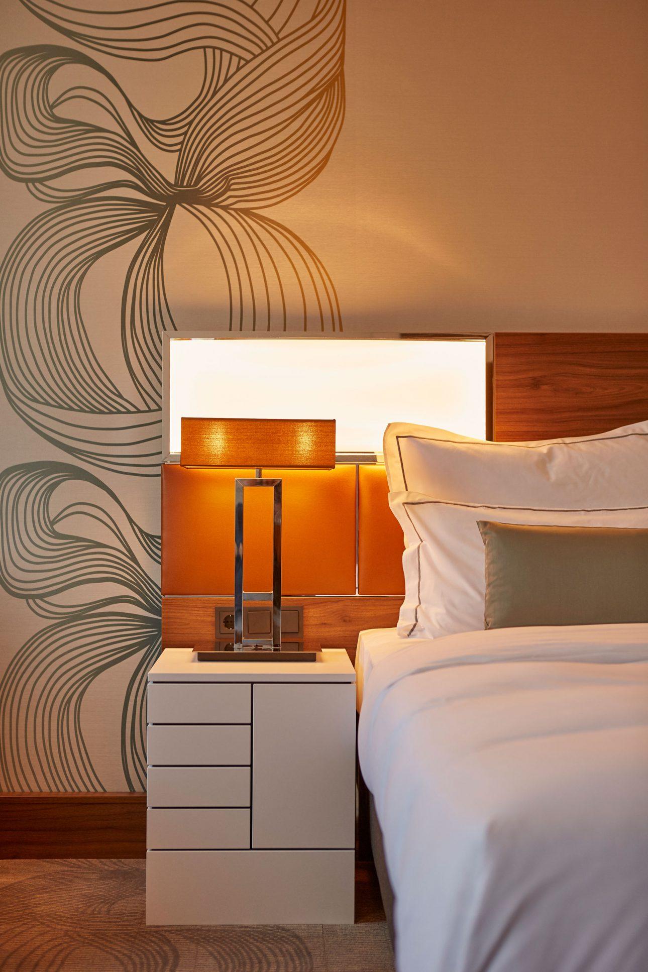 Ein Zimmer im Hotel Reichshof CURIO by Hilton in Hamburg. Entworfen von JOI-Design.