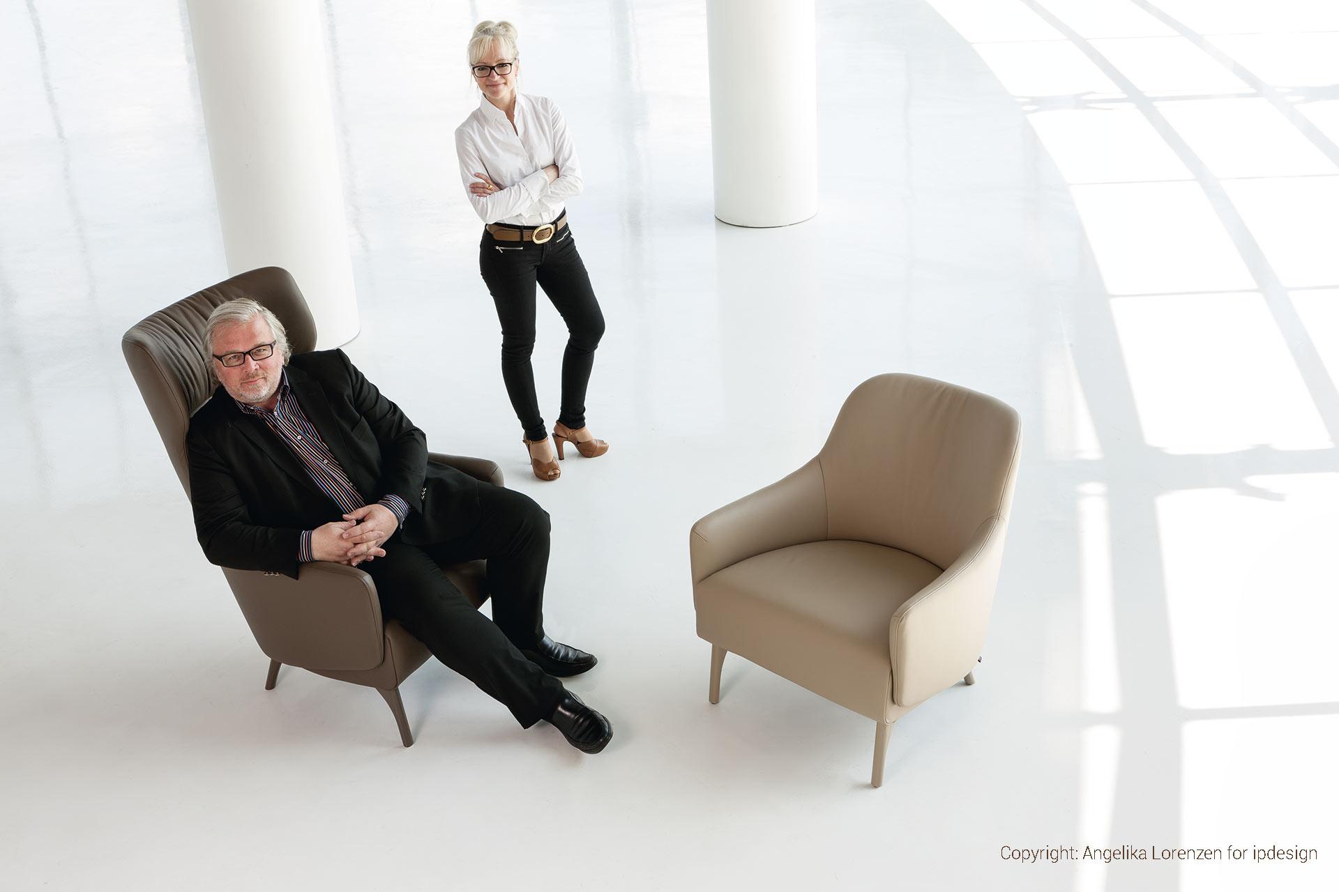 Peter Joehnk und Corinna Kretschmar-Joehnk mit Stühle der Flow Collection von ipdesign. Entworfen von JOI-Design