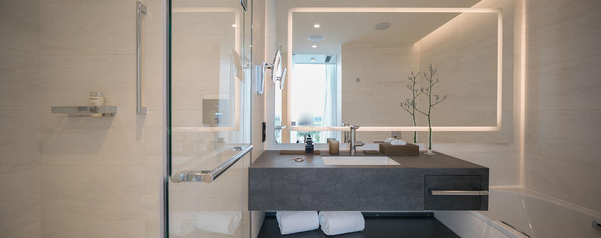 Das Bad im Zimmer des Hotels Hilton Munich Airport
