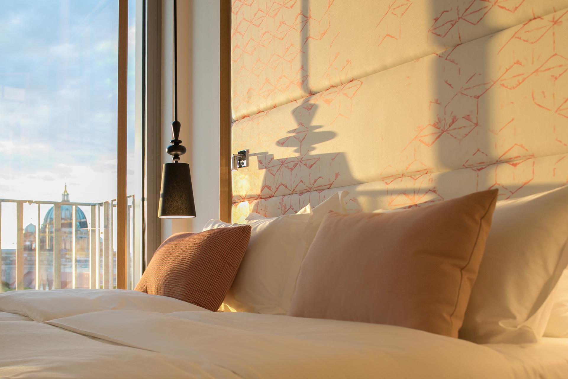 Bett im Zimmer des Capri by Fraser in Berlin
