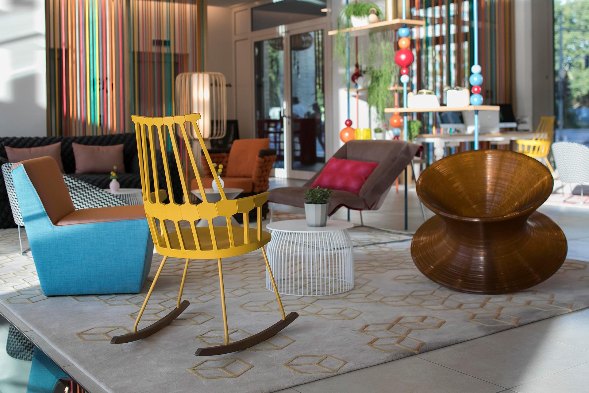 Verschiedene Stühle in der Lobby des Capri by Fraser in Berlin