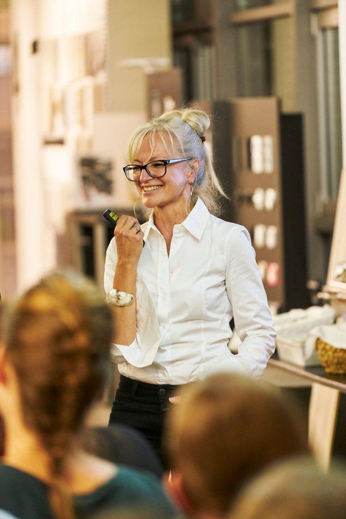 Corinna Kretschmar-Joehnk bei einem Vortrag bei Pergo