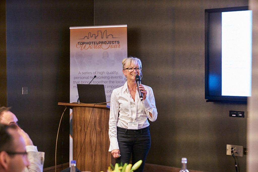 Corinna Kretschmar-Joehnk hält einen Vortrag bei der Tophotelprojects Worltour in London
