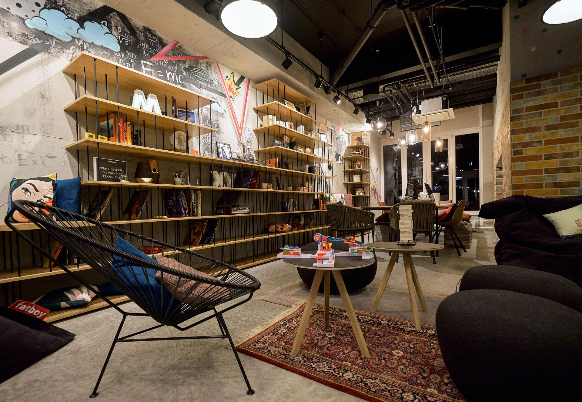 Sitzecke in der Lounge im Hotel Moxy am Humboldtpark in Berlin