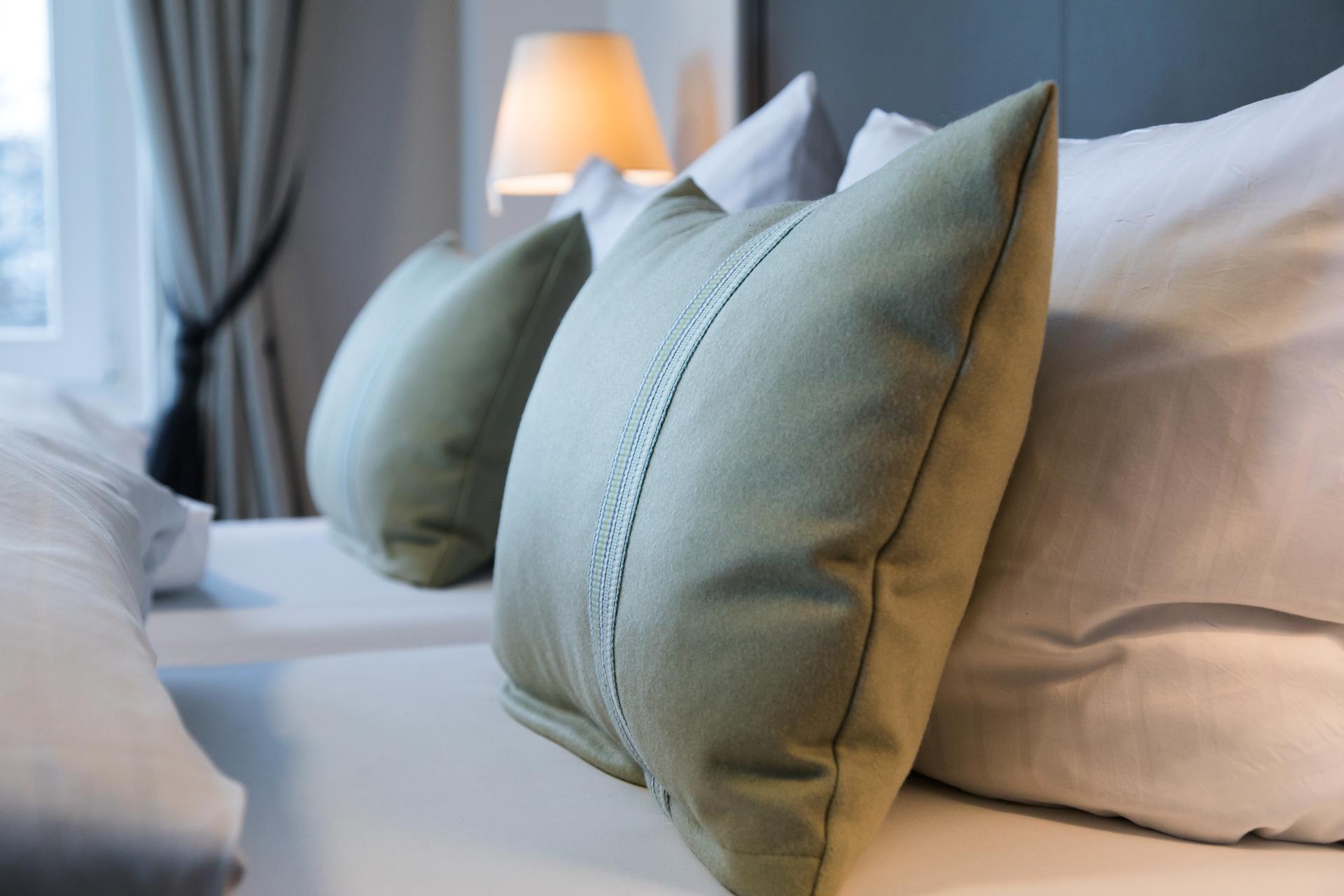 Das Bett im Zimmer vom Hotel am Leuchtturm in Warnemünde, entworfen von JOI-Design