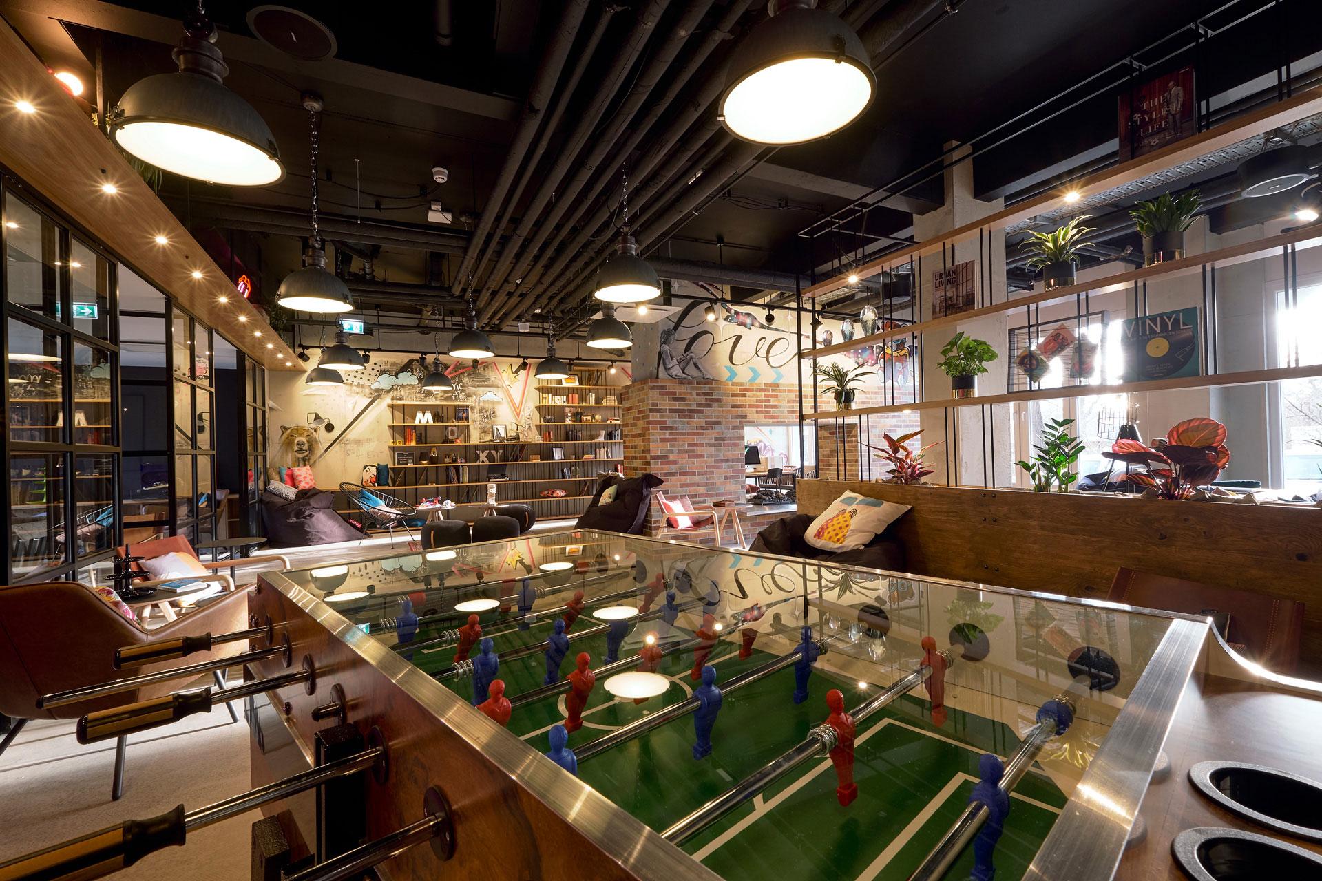 Lounge Details Tischfußball im Moxy Hotel Berlin Humboldtpark in Berlin