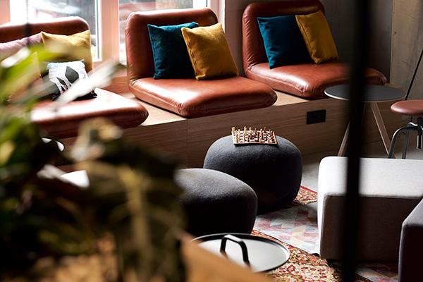 Detail aus der Lobby im Moxy Hotel in Berlin