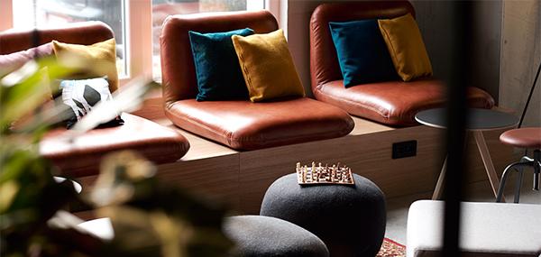 Sitzmöglichkeit aus der Lobby vom Hotel Moxy in Berlin
