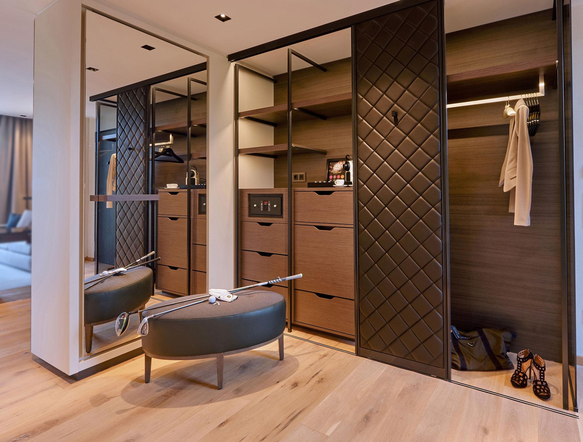 Die Ankleide in einem der Gästezimmer im Hotel Der Öschberghof in Donaueschingen. Entworfen von JOI-Design.