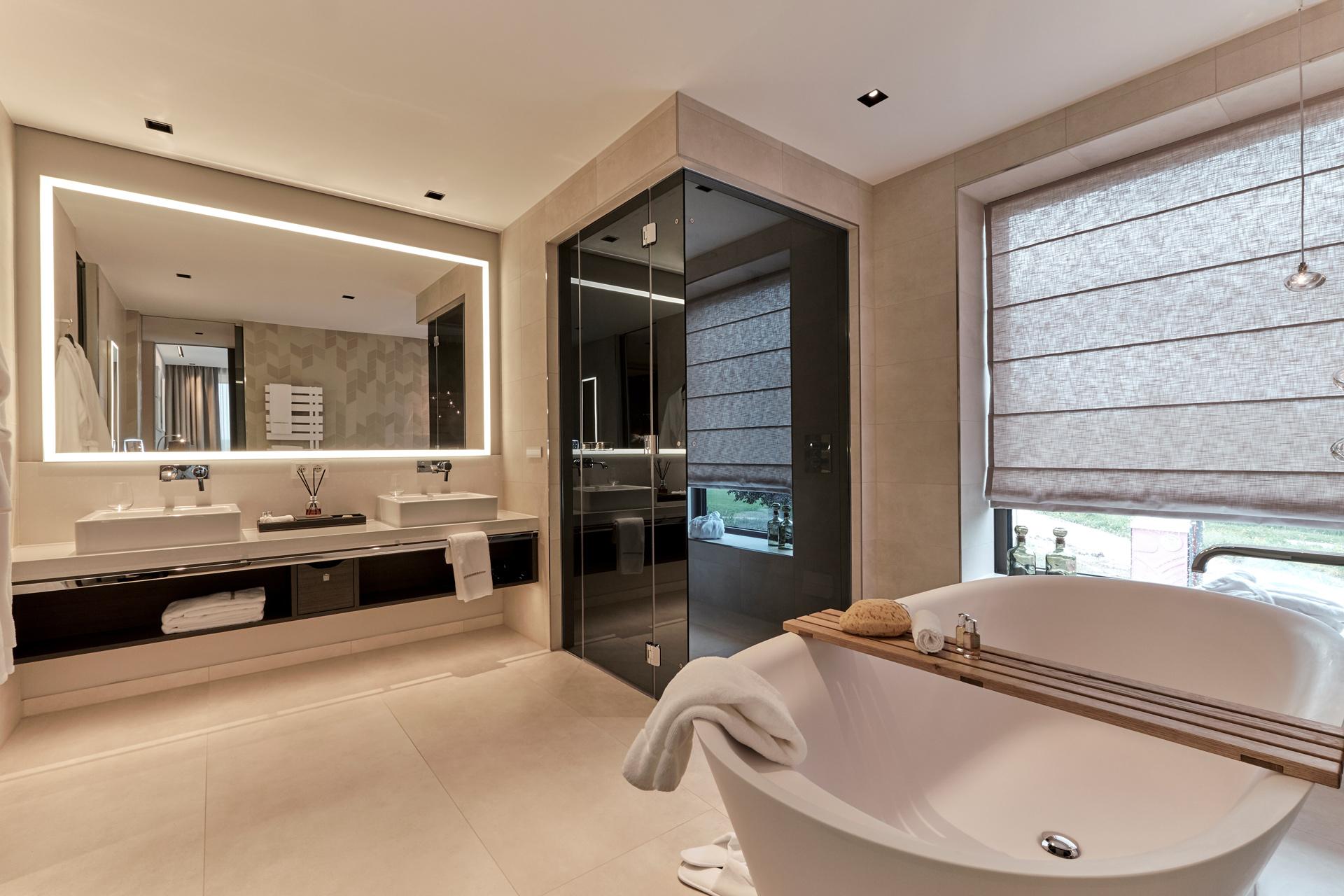 Das Bad in der Suite im Hotel Öschberghof in Donaueschingen. Entworfen von JOI-Design.