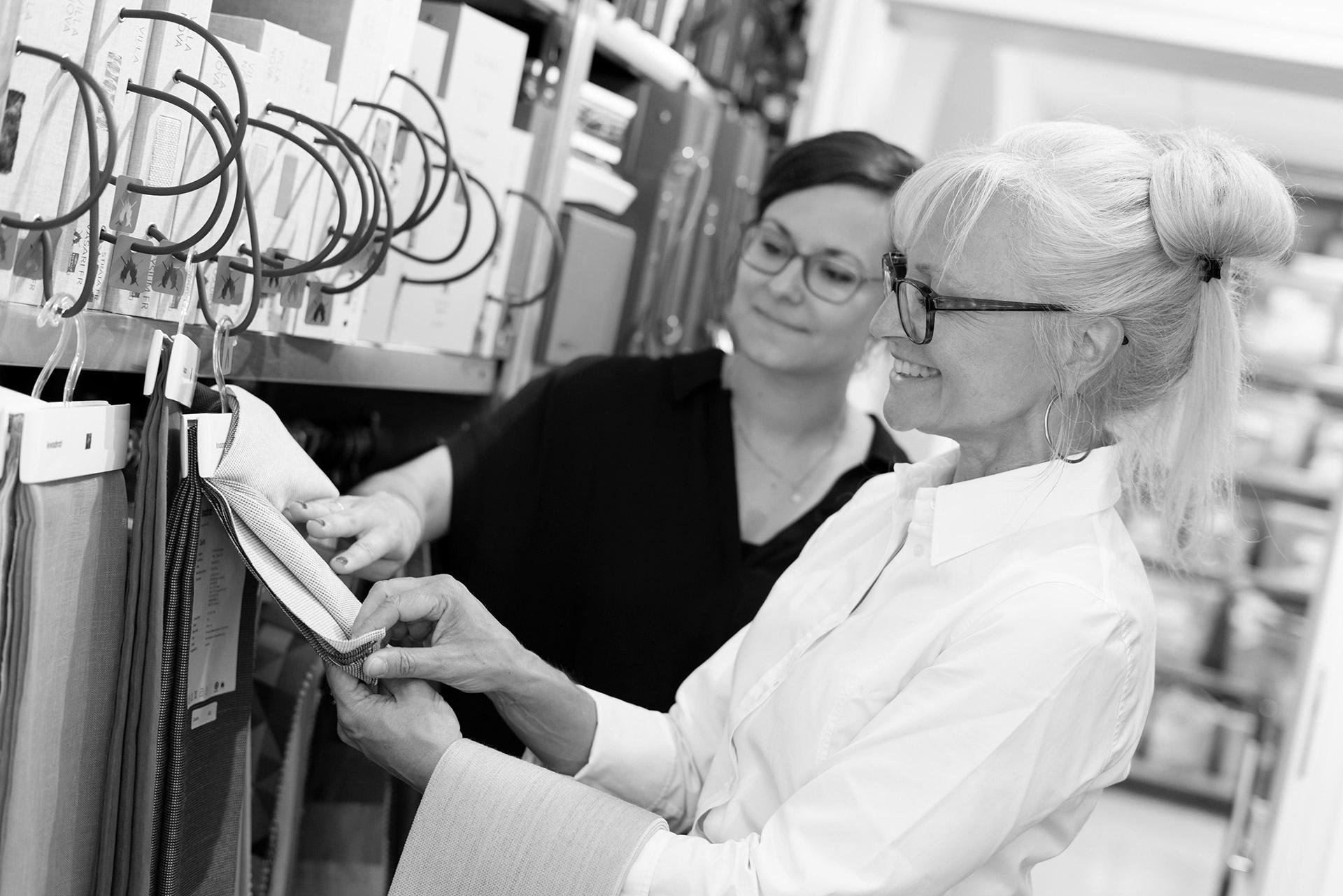 Corinna Kretschmar-Joehnk und Stephanie Nosek von JOI-Design sehen sich Stoffmuster an.