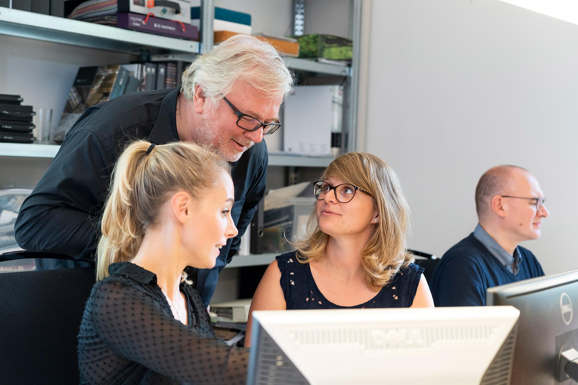 Peter Joehnk mit Mitarbeitern von JOI-Design.