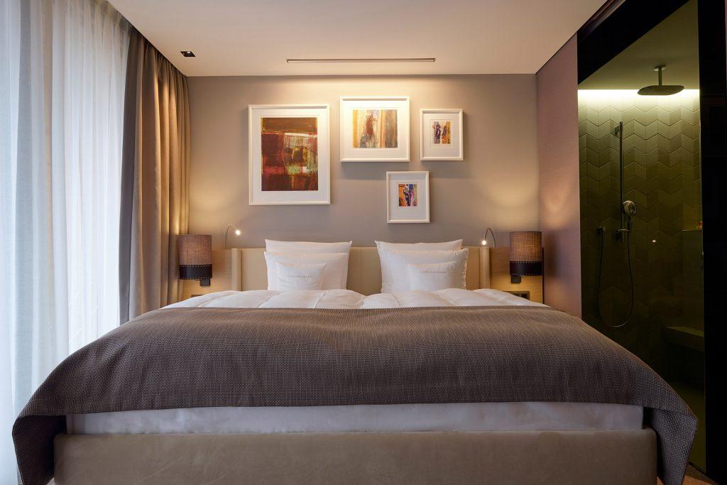 Ein Zimmer im Hotel Der Öschberghof in Donaueschingen. Entworfen von JOI-Design.