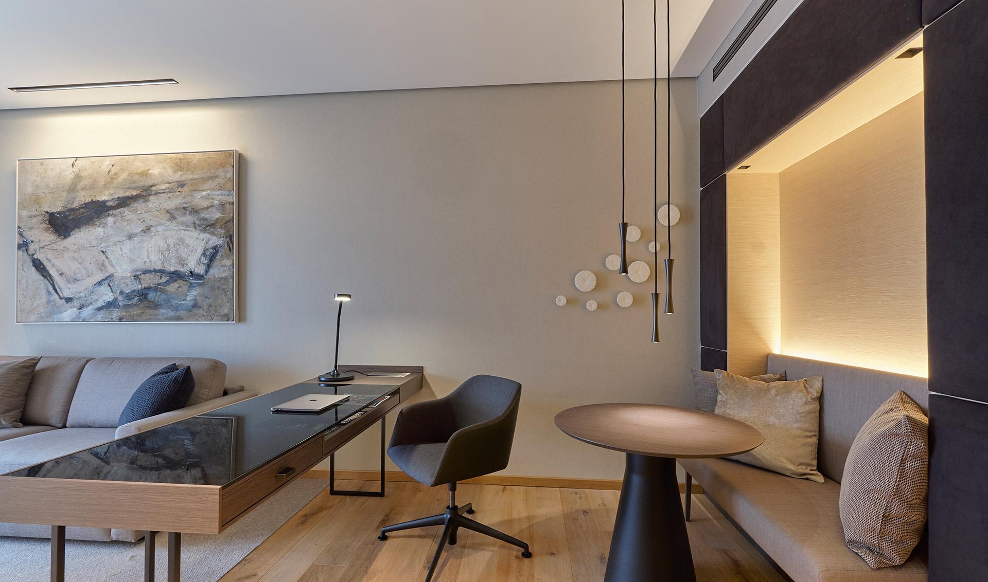 Schreibtisch und Sitzgelegenheit im Zimmer im Hotel Der Öschberghof in Donaueschingen. Entworfen von JOI-Design.