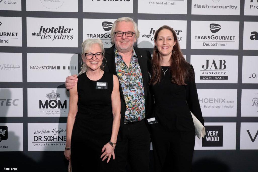 Corinna Cretschmar-Joehnk, Peter Joehnk und Sabrina Voecks beim Hotelier des Jahres
